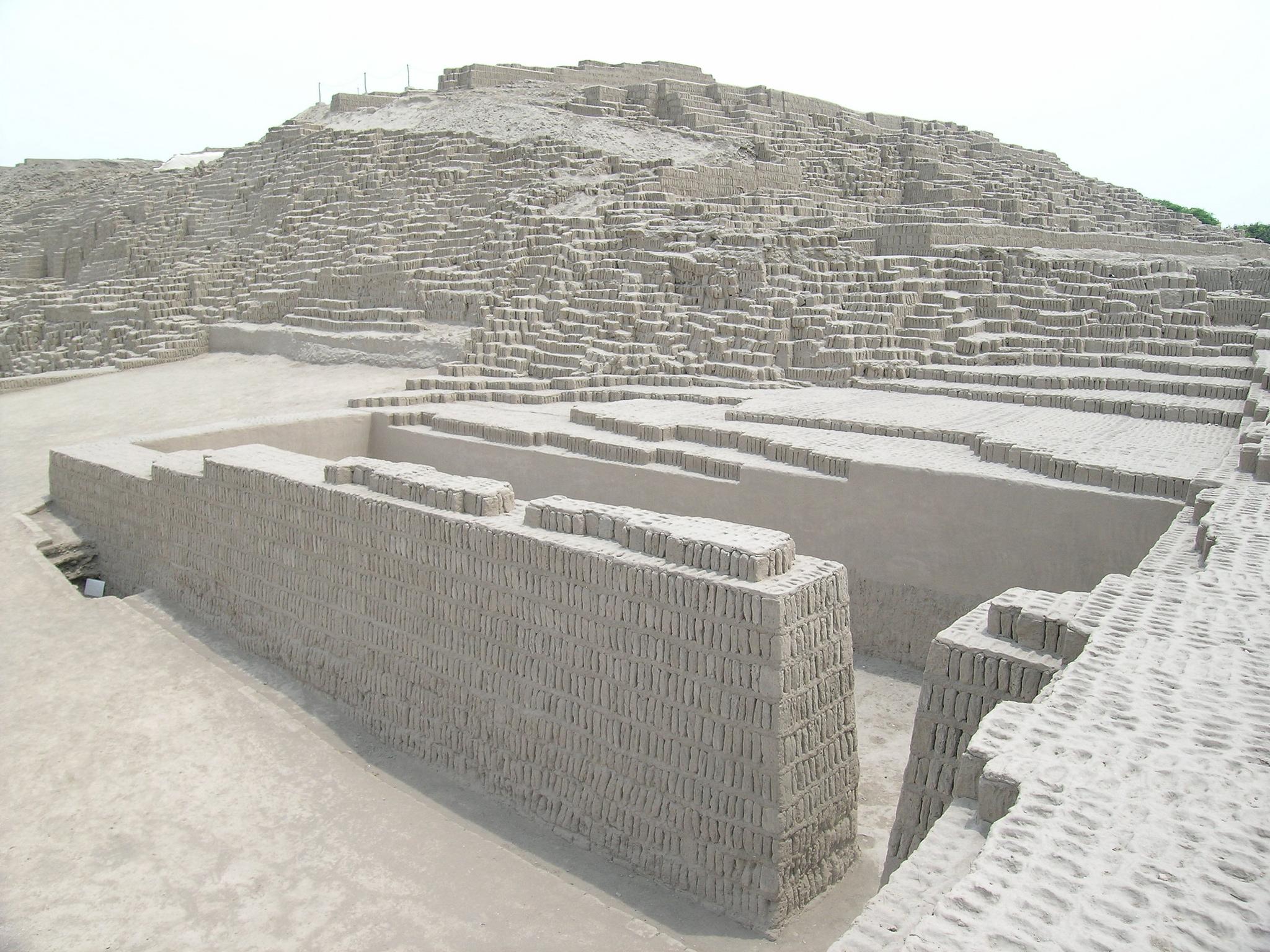 Huaca Pucllana: história no meio da cidade grande.